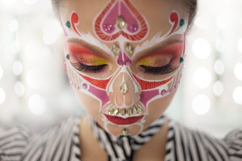Młoda piękna kobieta z czaszki makeup zakończeniem ona oczy obrazy stock