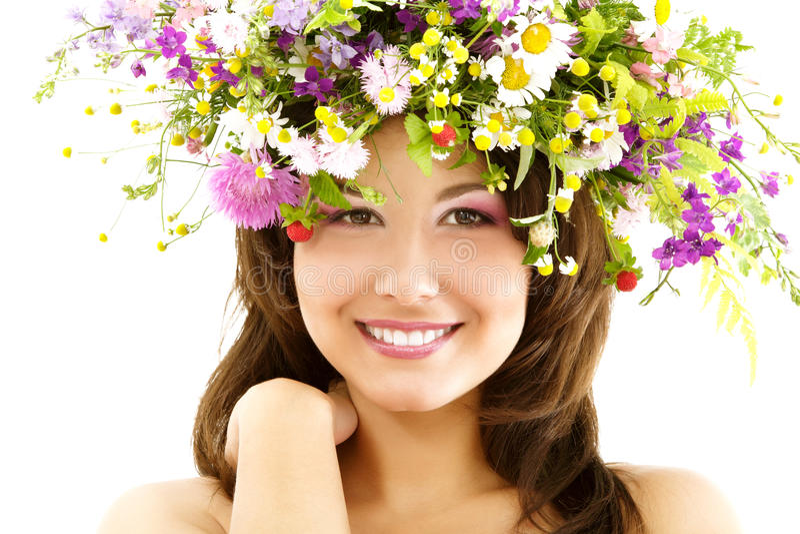 Młoda piękna kobieta z girlandą śródpolny świeży naturalny dziki f zdjęcie royalty free