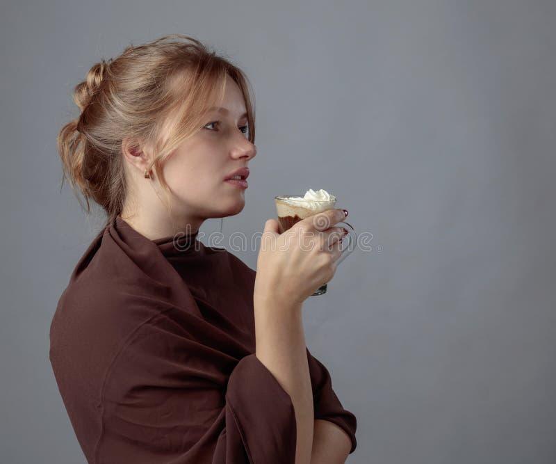 Młoda piękna kobieta z kubkiem gorąca czekolada obrazy royalty free