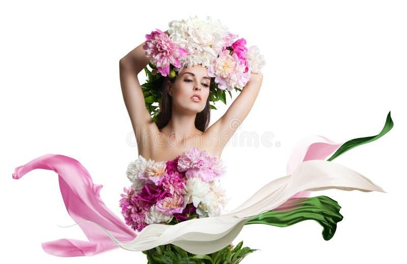 Młoda piękna kobieta z kwiat peoniami Piękni kwiaty i łatwy sukienny latanie fotografia stock