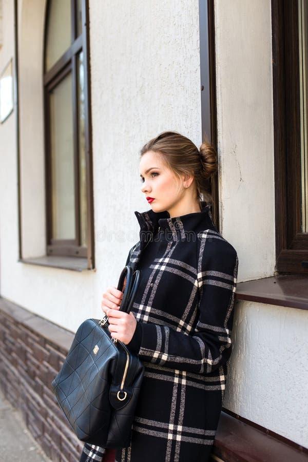 Młoda piękna kobieta z modną torbą stoi na zdjęcia royalty free