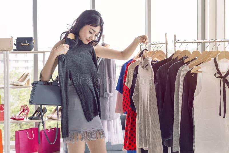 Młoda piękna kobieta z torba na zakupy cieszy się w zakupy fotografia stock