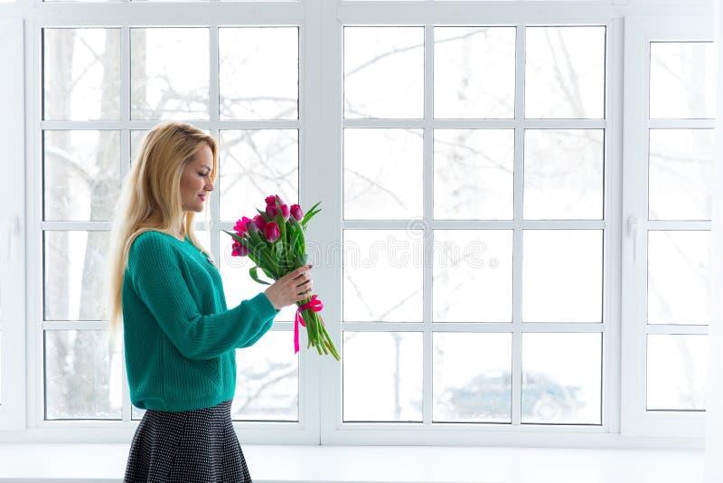 Młoda piękna kobieta z wiązką tulipany, wiosna kwitnie zdjęcie royalty free