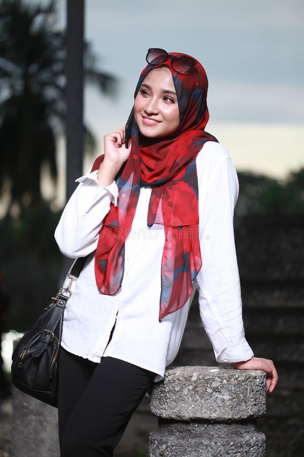 Młoda piękna muzułmańska kobieta przy parkową pozą obrazy royalty free