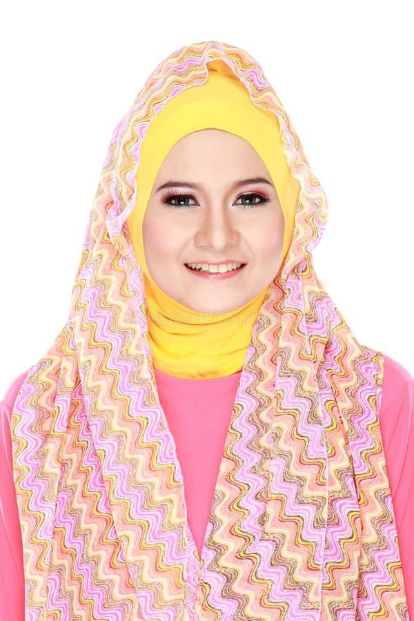 Młoda piękna muzułmańska kobieta z różowym kostiumowym jest ubranym hijab zdjęcia royalty free