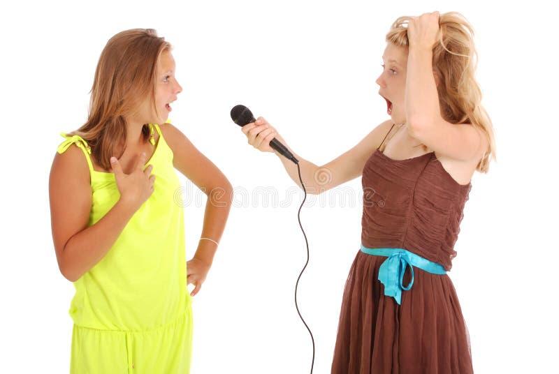 Młoda piękna nastoletnia dziewczyna prowadzi wywiada z piosenkarzem zdjęcie royalty free