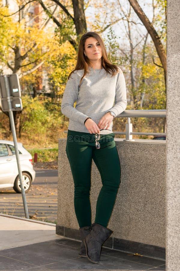 Młoda piękna nastoletniej dziewczyny pozycja przeciw ścianie obraz stock