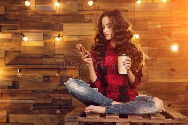 Młoda piękna nowożytna modna dziewczyna w czerwonej sukni i drzejąca zdjęcia stock