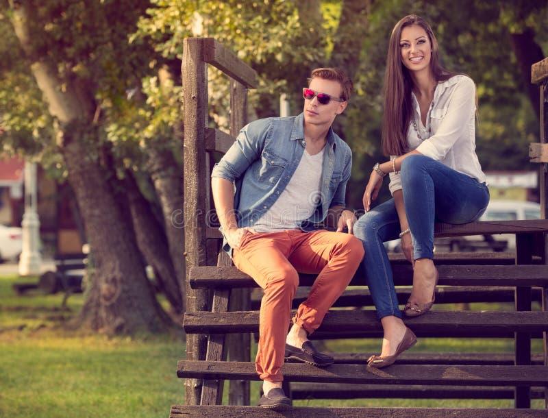 Młoda piękna para w naturze obrazy royalty free