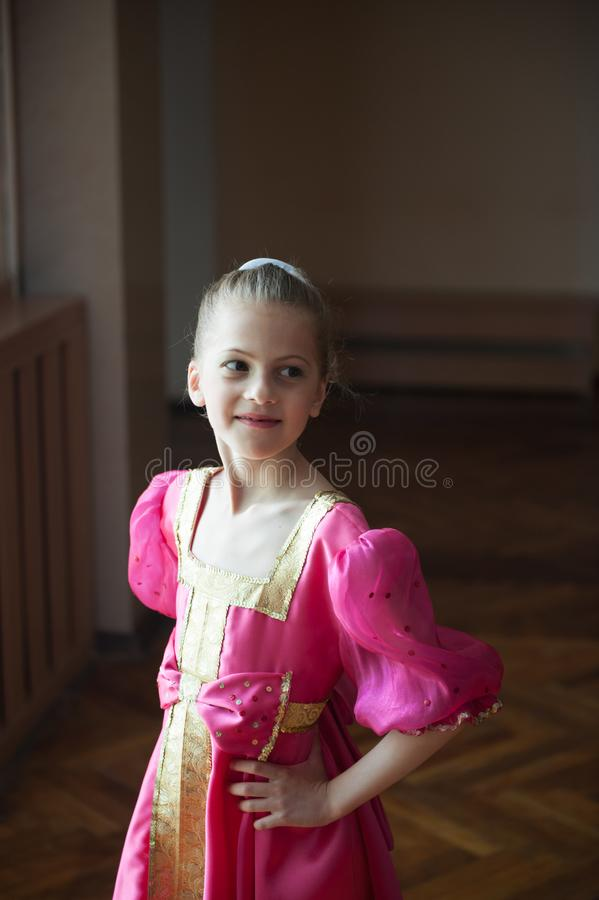 Młoda piękna rosyjska balerina w krajowej etnicznej sukni fotografia stock