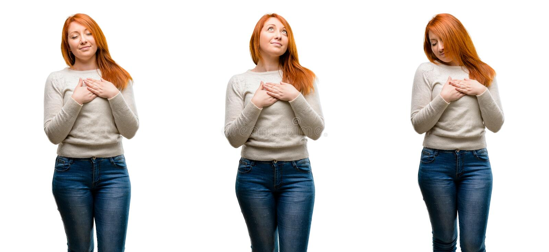 Młoda piękna rudzielec kobieta nad błękitnym tłem obraz stock
