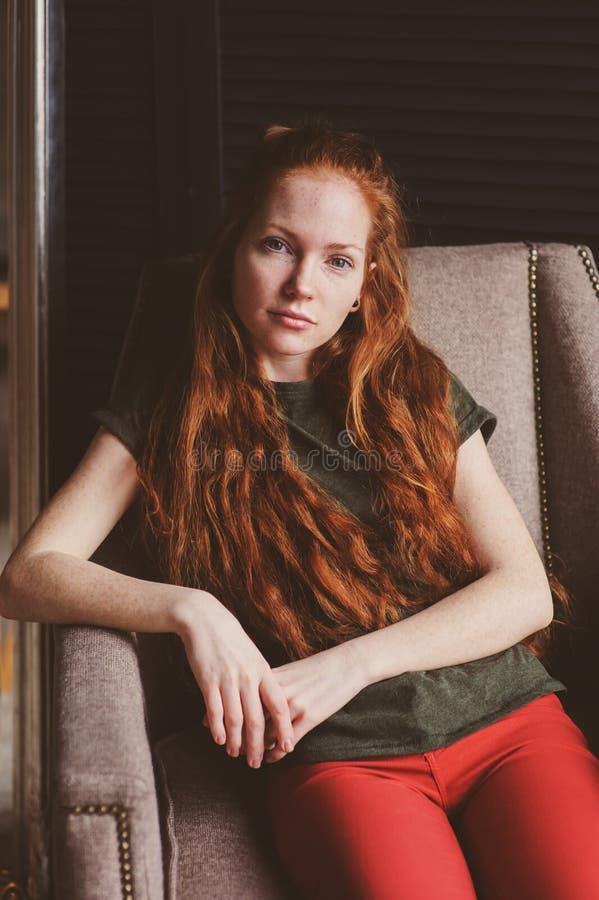 Młoda piękna rudzielec modnisia kobieta bez uzupełniał relaksować w domu obrazy royalty free