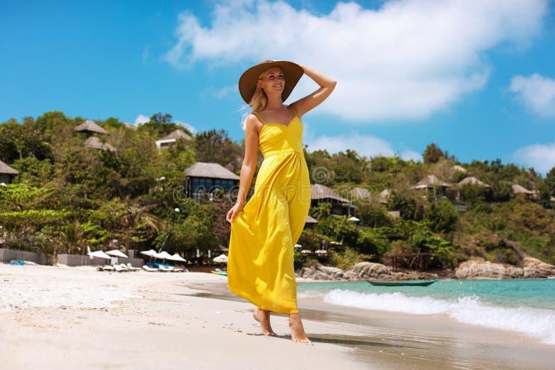 Młoda piękna seksowna blondynki kobiety pozycja na plaży zdjęcia royalty free