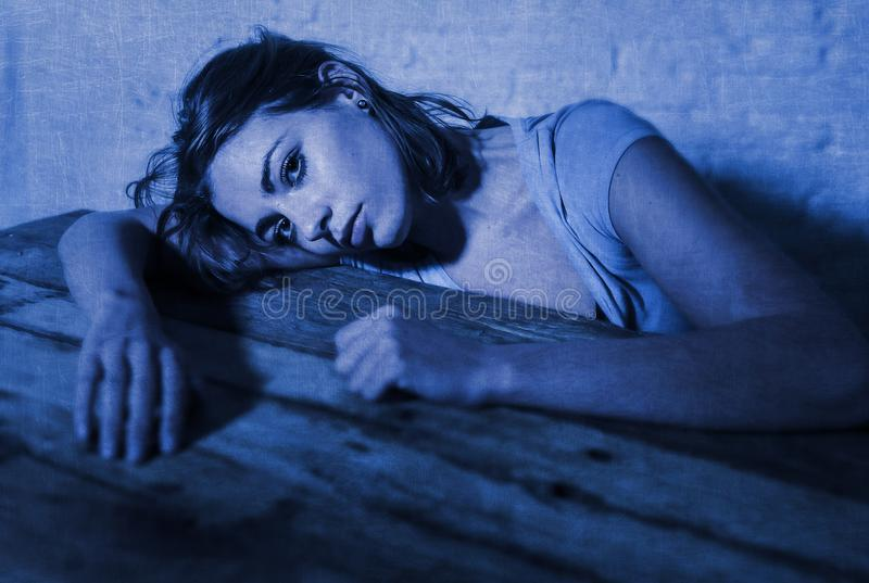 Młoda piękna smutna, przygnębiona kobieta patrzeje i marnotrawiącym i udaremniającymi cierpienia depresją obraz stock