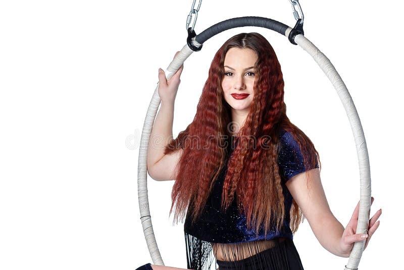 Młoda piękna sportowa dziewczyna z długie włosy siedzi na cir zdjęcia royalty free