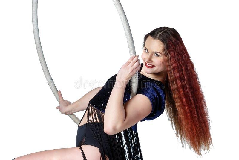 Młoda piękna sportowa kobieta z długie włosy siedzi na ci obraz stock