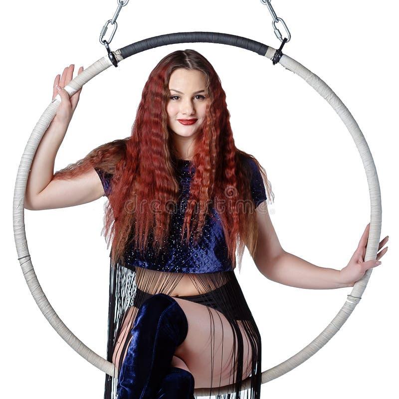 Młoda piękna sportowa kobieta z długie włosy siedzi na ci zdjęcie royalty free