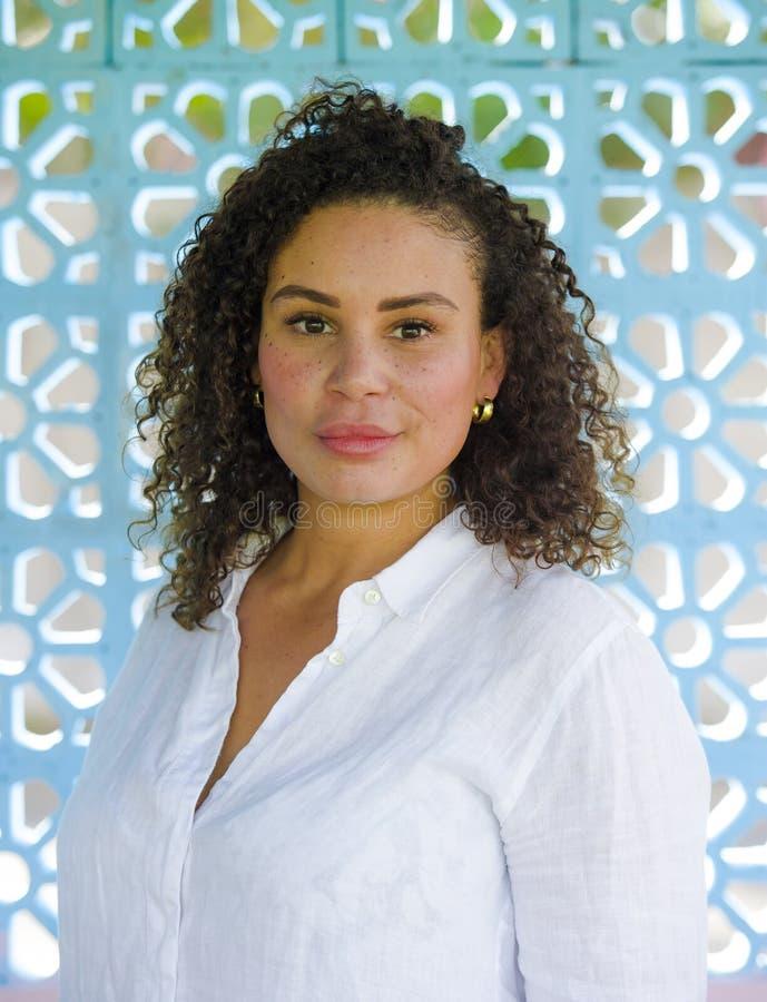 Młoda piękna, szczęśliwa łacińska afro mieszana kobieta na i zdjęcia royalty free