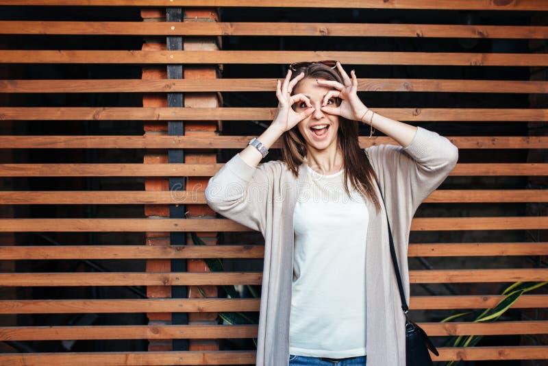 Młoda piękna szczęśliwa kobieta w przypadkowych płótnach przeciw ścianie obraz royalty free