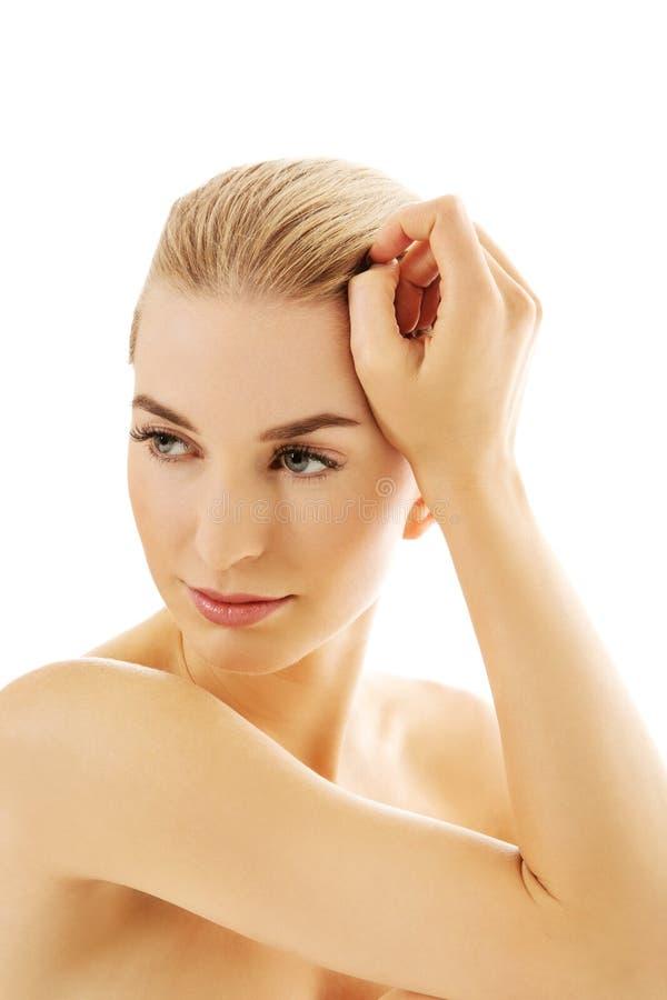 Młoda piękna zrelaksowana blondynki kobieta fotografia royalty free