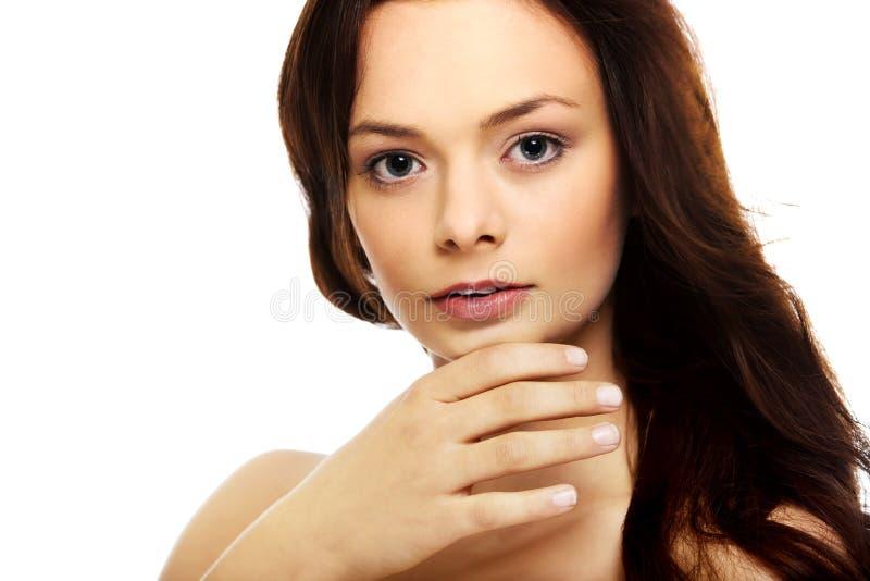 Młoda piękna zrelaksowana brunetki kobieta fotografia stock