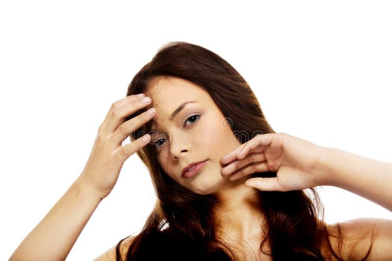 Młoda piękna zrelaksowana brunetki kobieta obraz stock
