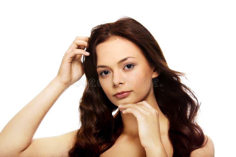 Młoda piękna zrelaksowana brunetki kobieta zdjęcia royalty free