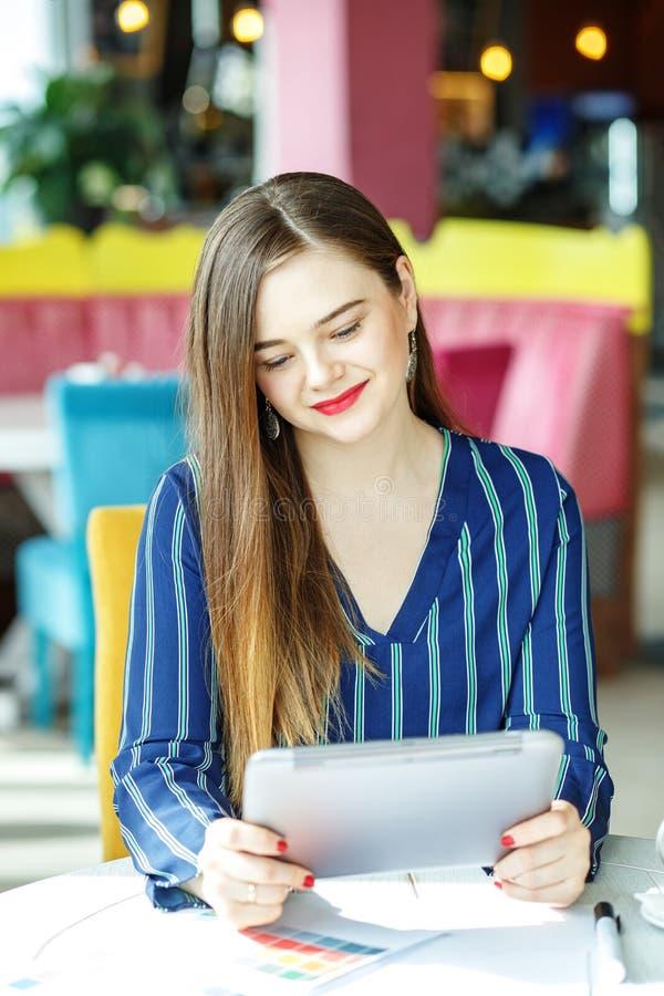 Młoda pomyślna biznesowa kobieta pracuje daleko Pojęcie fotografia royalty free