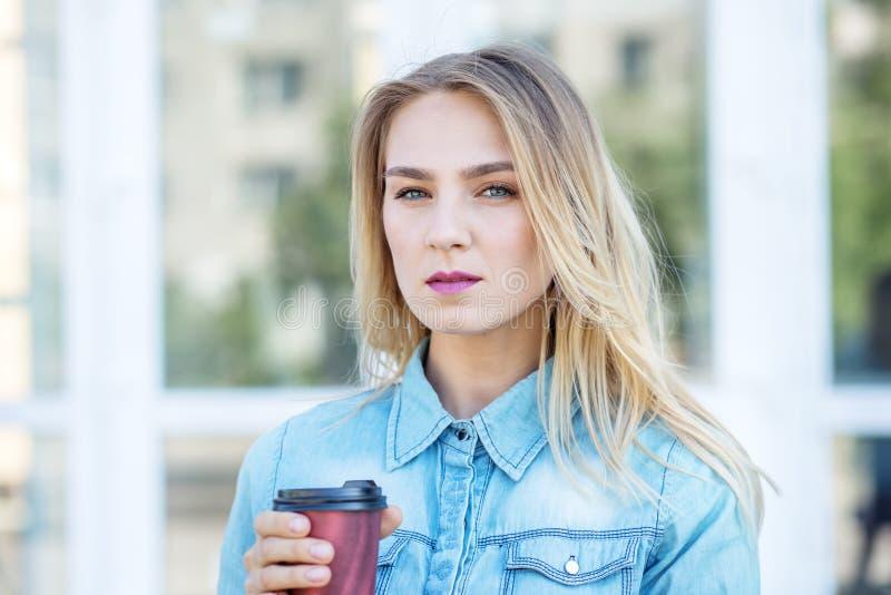 Młoda poważna kobieta z kawą Pojęcie życie styl, miastowy, młodość zdjęcia stock