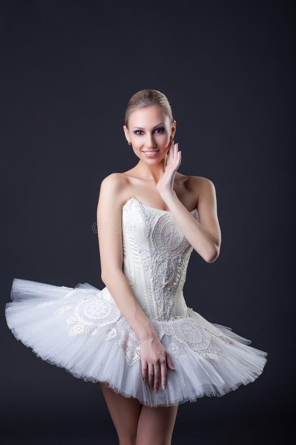 Młoda powabna balerina pozuje uśmiecha się przy kamerą zdjęcie royalty free