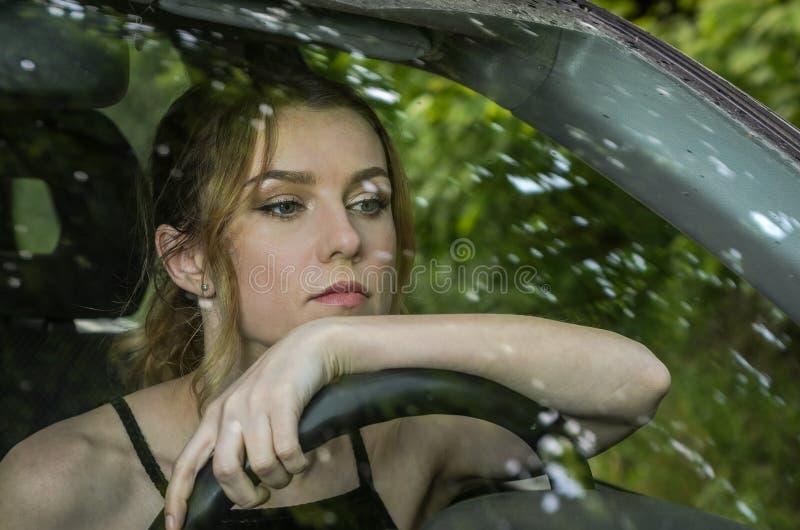 Młoda powabna dziewczyna jedzie samochód zdjęcia stock