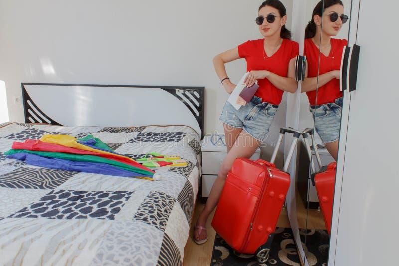 Młoda przypadkowa dziewczyna w pełnej długości z walizki mienia biletami i paszportem zdjęcia royalty free