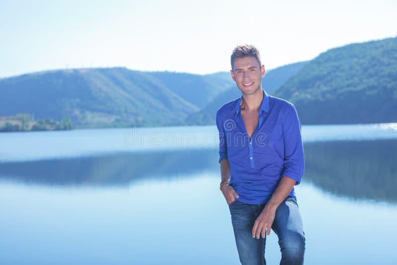 Mężczyzna pozuje jeziorem zdjęcie royalty free