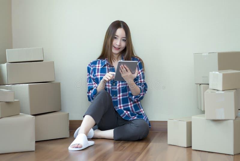 Młoda przypadkowa piękna kobieta używa pastylki rozpoczęcia małego biznes obraz stock