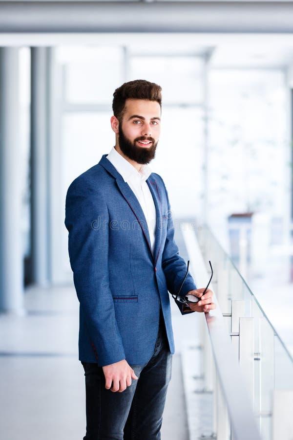 Młoda Przystojna biznesmen pozycja Przy firmy ` s Salowym fotografia royalty free