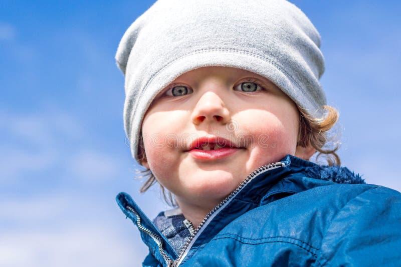 Młoda przystojna chłopiec cieszy się pobyt na świeżym powietrzu fotografia royalty free