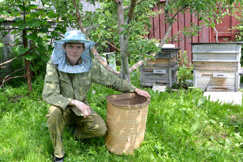 Młoda pszczelarka od mrowie ja na pasiece zdjęcie royalty free