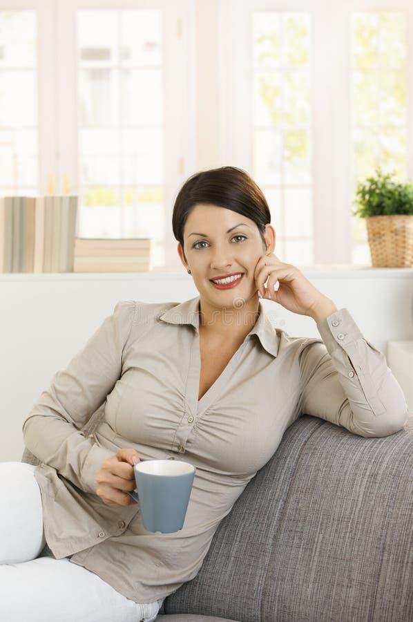 młoda ręki kobieta herbaciana myśląca zdjęcia stock