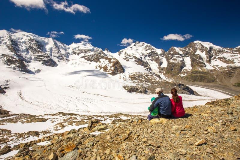 Młoda rodzina cieszy się oszałamiająco widok Bernina i Morteratsch lodowiec fotografia royalty free