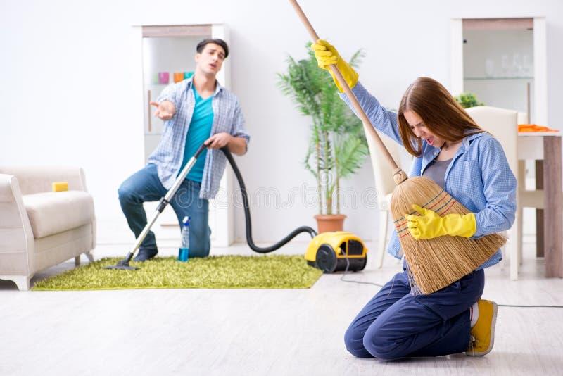 Młoda rodzina czyści dom zdjęcia royalty free