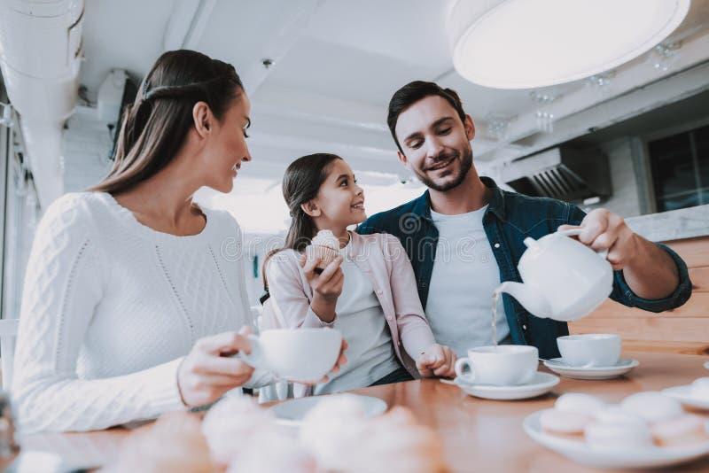Młoda rodzina jest Odpoczynkowa w kawiarni zdjęcia royalty free