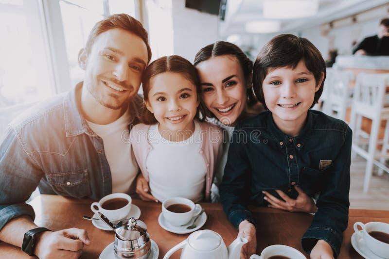 Młoda rodzina Kawiarnia szczęśliwi razem ludzie się uśmiecha zdjęcie royalty free