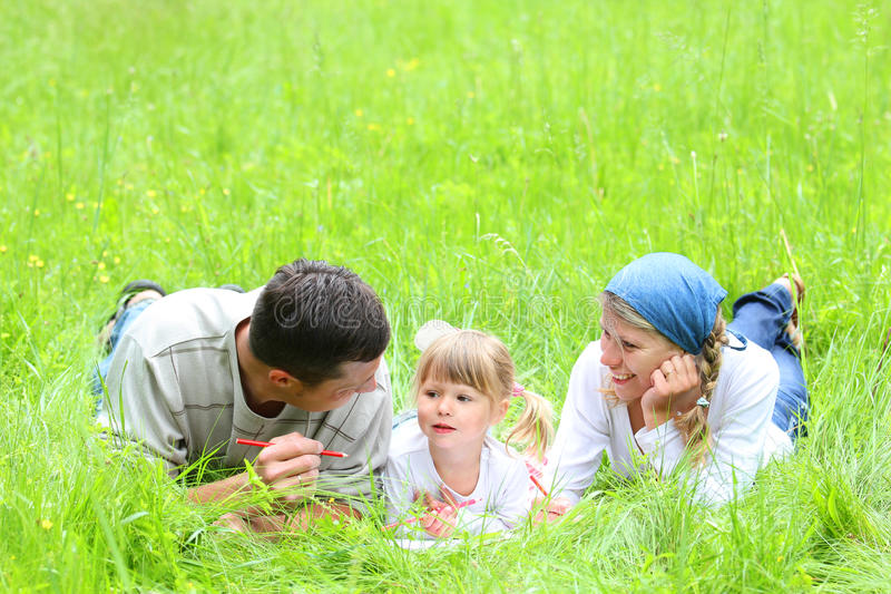 Młoda rodzina na naturze zdjęcie royalty free