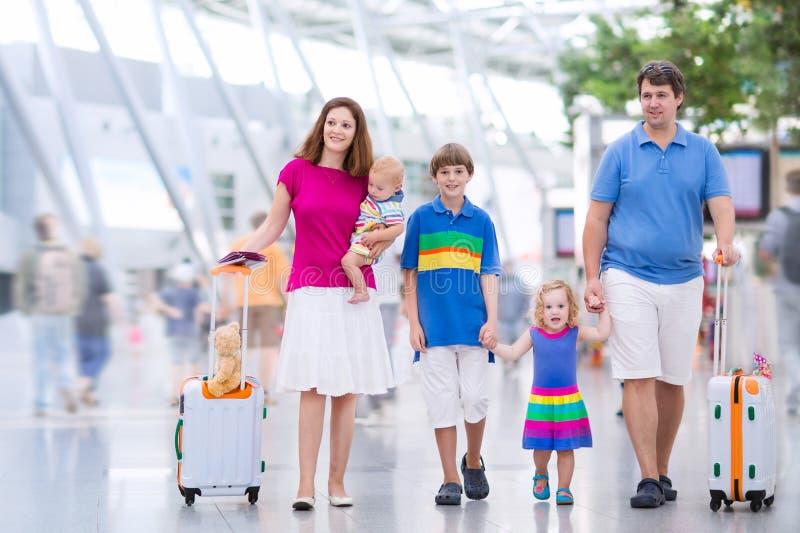 Młoda rodzina przy lotniskiem obrazy stock