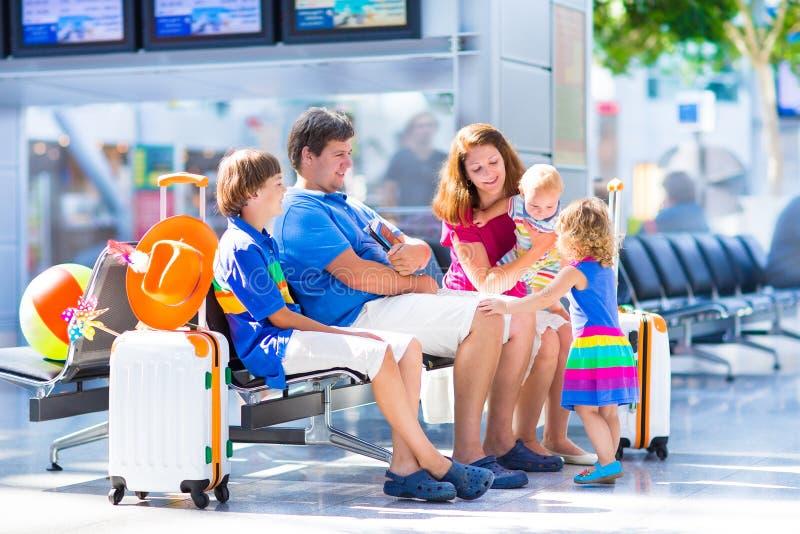Młoda rodzina przy lotniskiem zdjęcie royalty free