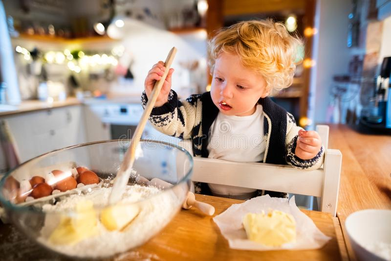 Młoda rodzina robi ciastkom w domu zdjęcie stock
