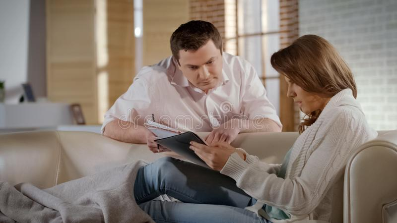 Młoda rodzina sprawdza dom docs, zdumiewającego ceną dla czynszu i użyteczność obrazy royalty free