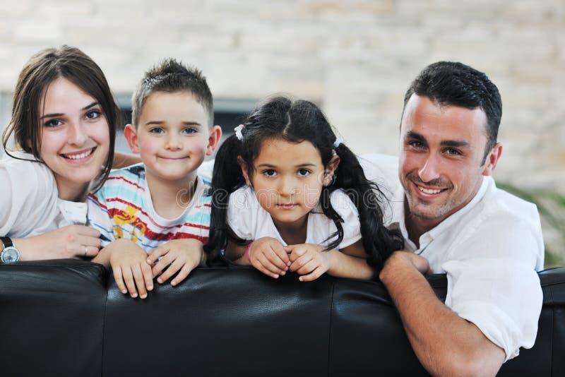 Młoda rodzina w domu zdjęcie royalty free