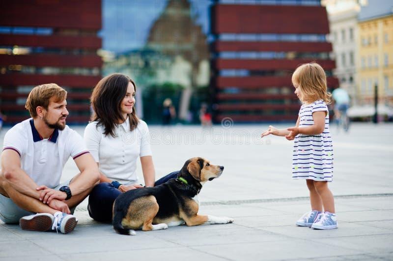 Młoda rodzina wydaje dzień wolnego w miasto parku zdjęcia stock