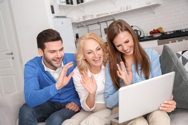 Młoda rodzina z świekra weekendem ma wideo wezwanie w domu zdjęcie royalty free